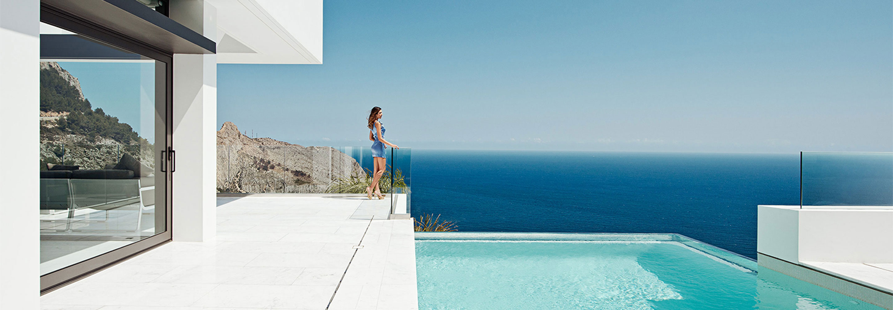 Seaside Villa Frameless Glass Railing with transparent swimmingpool